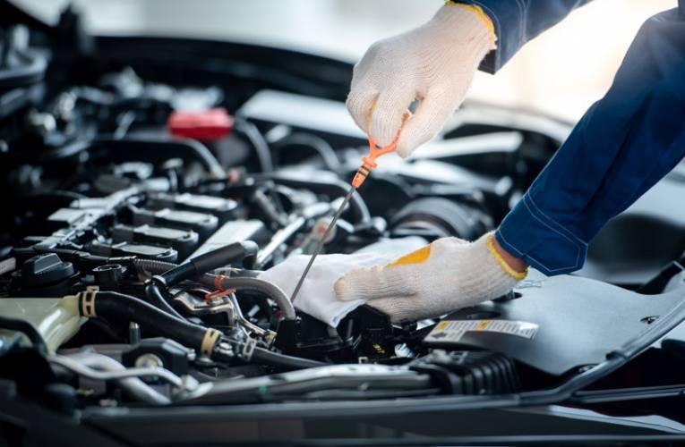 Zmiana oleju w samochodzie- kiedy wymienić olej w aucie?